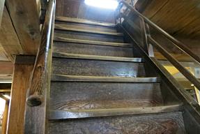 高知城・城内の急峻な階段
