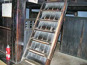 吉田松陰寓寄処・隠れの間へ上がる階段