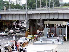 上野駅横にある碑