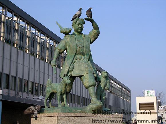 岡山駅前の桃太郎像