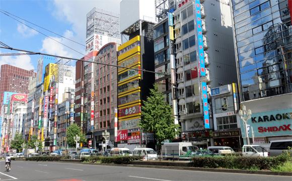 新宿駅東口前