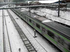 雪の山手線・巣鴨駅付近