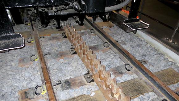 アプト式線路と鉄マクラギ